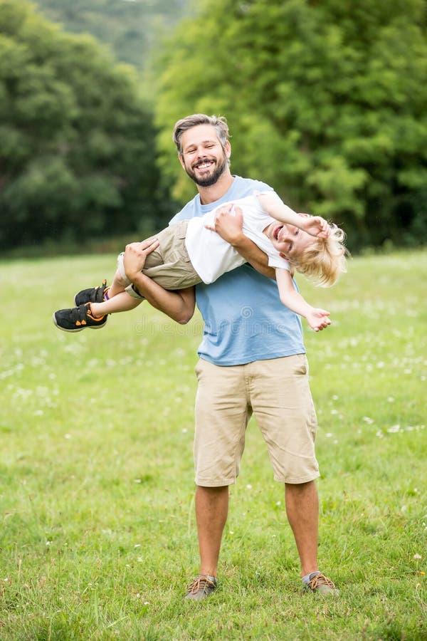 Download Padre Feliz Con El Hijo Que Se Divierte Foto de archivo - Imagen de verde, hijo: 100529462