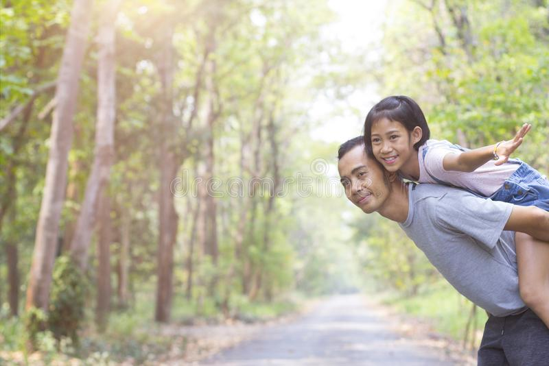 Padre feliz con la hija en parque del verano fotografía de archivo