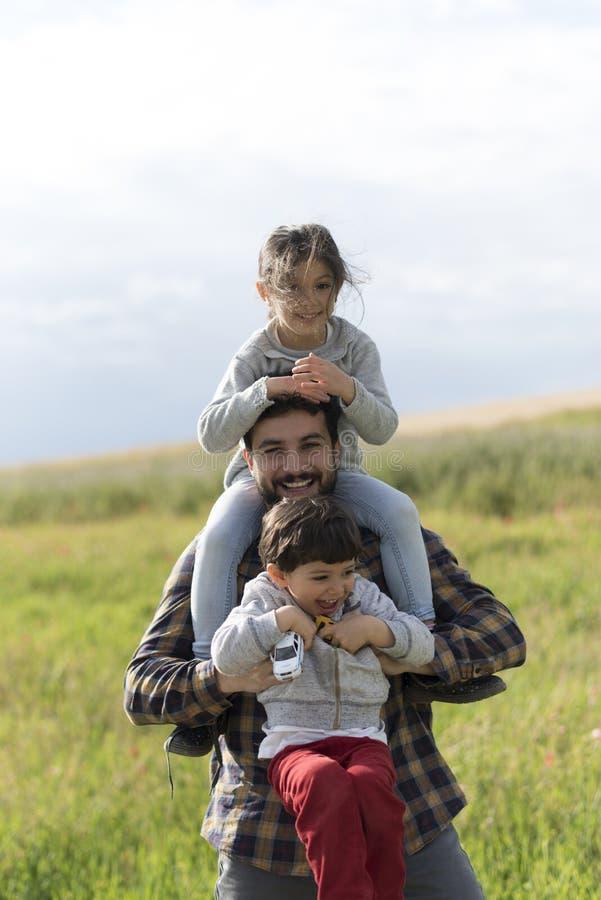 Padre feliz con la hija y el hijo imagen de archivo