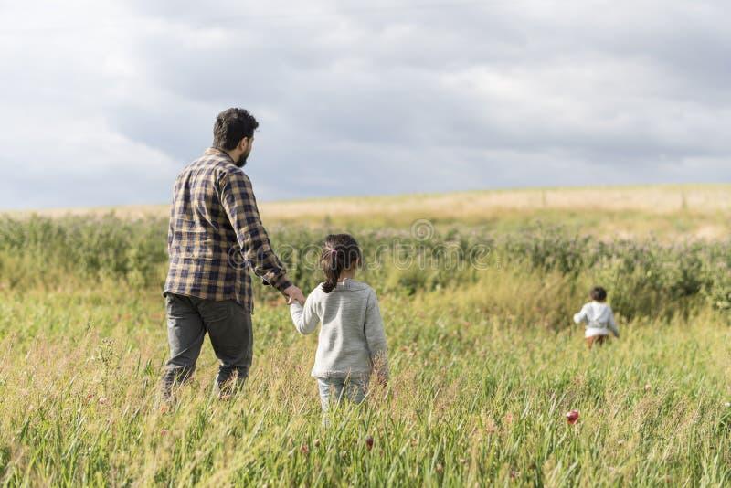 Padre feliz con la hija y el hijo imagen de archivo libre de regalías