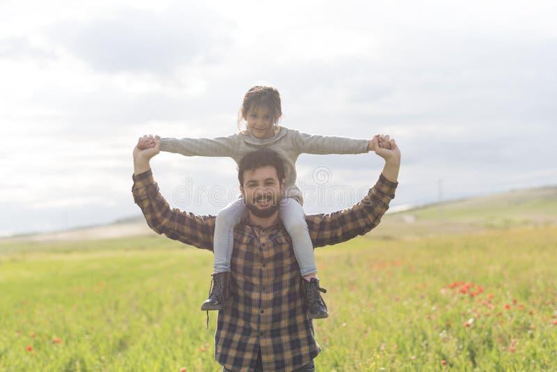 Padre feliz con la hija y el hijo fotos de archivo