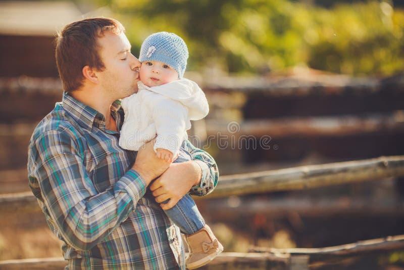 Padre feliz con su diversión faving del niño en día del uemmer al aire libre. foto de archivo
