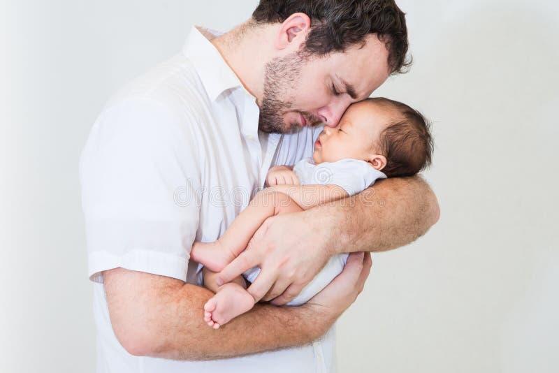 Padre feliz con un bebé durmiente fotografía de archivo libre de regalías