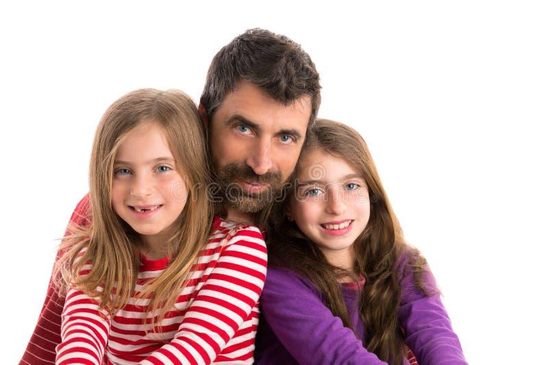 Padre feliz de la barba de la familia y dos hijas fotos de archivo