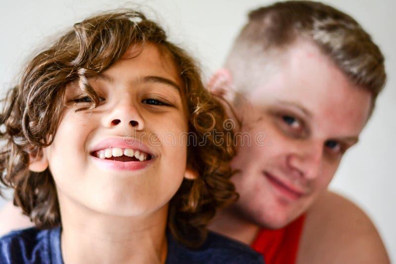 Padre feliz que juega con el muchacho en cocina imágenes de archivo libres de regalías