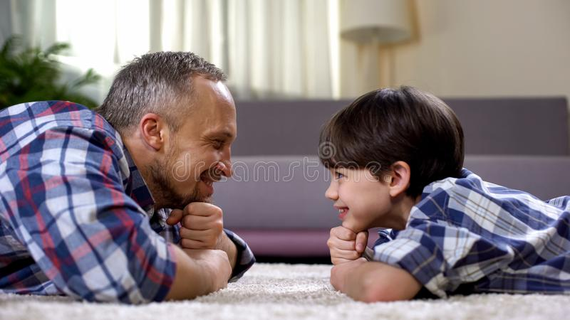 Padre feliz que mira al hijo, pasando el tiempo junto el fin de semana, paternidad fotos de archivo libres de regalías