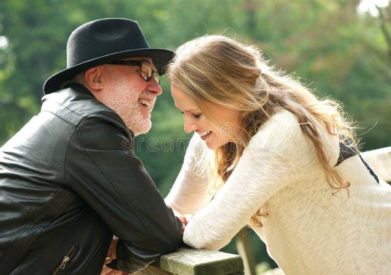 Padre feliz que ríe con la hija al aire libre foto de archivo libre de regalías