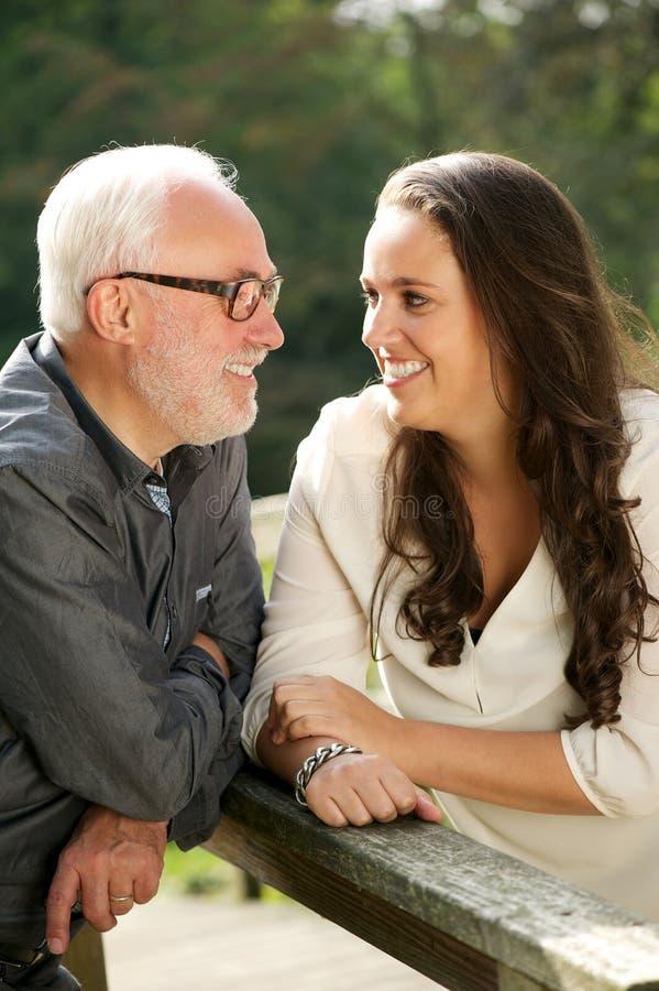 Padre feliz y vinculación hermosa de la hija foto de archivo