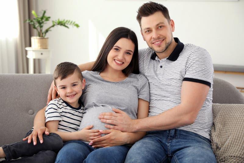 Padre, figlio e madre incinta spendere insieme tempo Tempo della famiglia fotografie stock