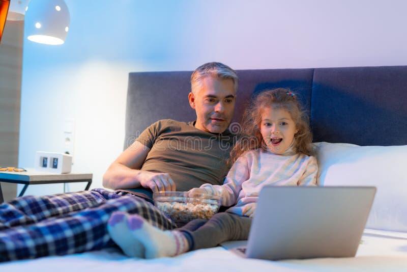 padre Gris-cabelludo y su pequeña hija bonita que parecen divertidos foto de archivo libre de regalías