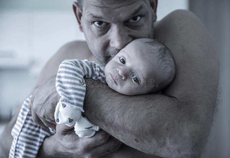 Padre hermoso brutal que detiene al hijo del bebé imágenes de archivo libres de regalías