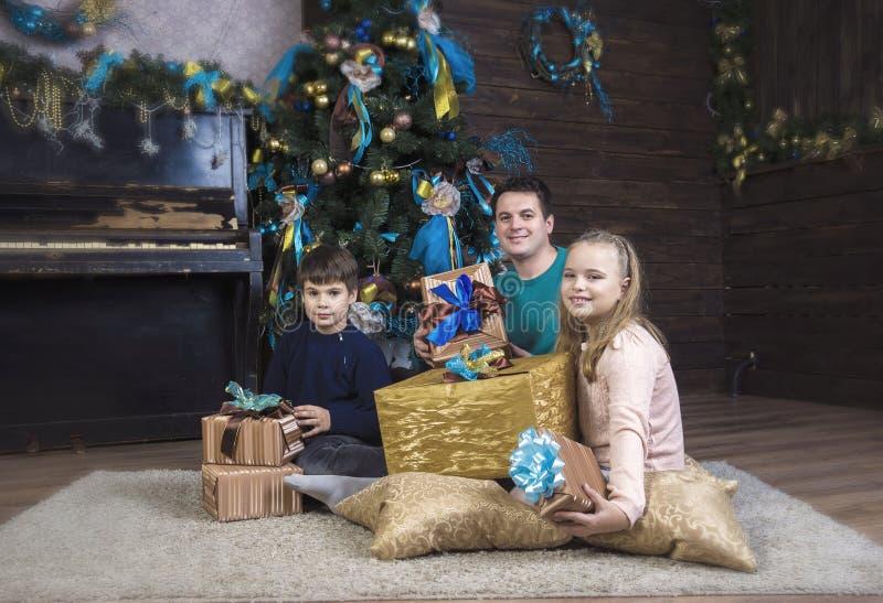 Padre, hija e hijo en la Navidad fotos de archivo