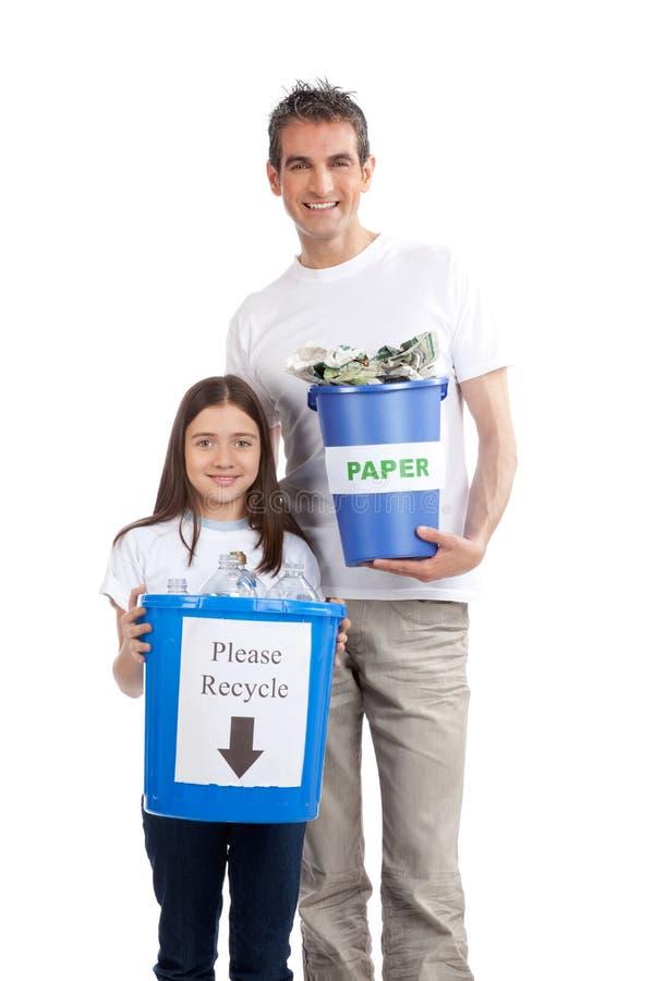 Padre, hija que sostiene la Papelera de reciclaje imagen de archivo libre de regalías