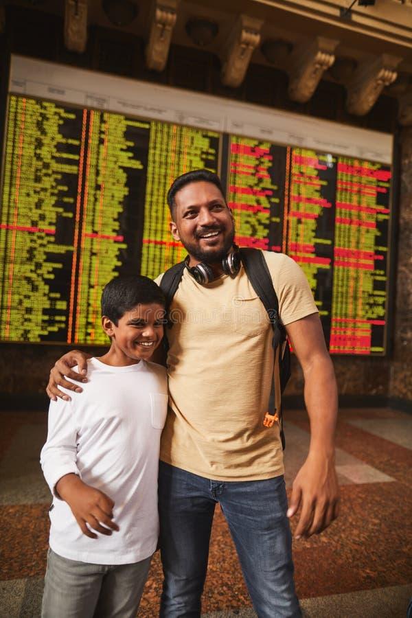 Padre hindú extático y su hijo que se colocan en el ferrocarril imágenes de archivo libres de regalías