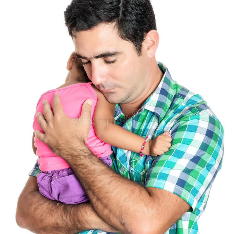 Padre hispánico cansado que lleva a su pequeña hija imagenes de archivo