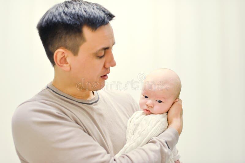 Padre Holding Baby imagen de archivo