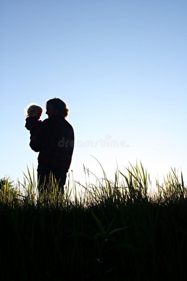 Padre Holding Son Silhouette fotografia stock libera da diritti