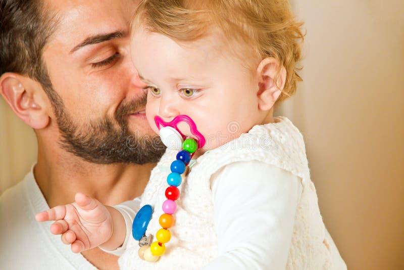 Padre joven con la pequeña hija imágenes de archivo libres de regalías