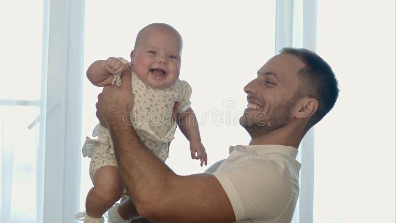 Padre joven feliz que juega con la pequeña hija fotos de archivo libres de regalías