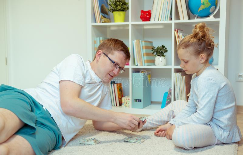 Padre joven feliz que juega con su peque?a hija linda en casa imagenes de archivo