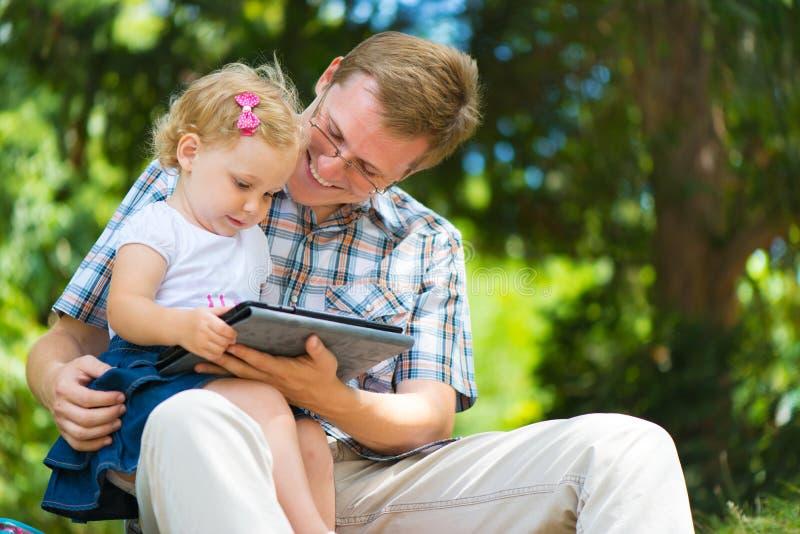 Padre joven y pequeña hija que se divierten imagen de archivo