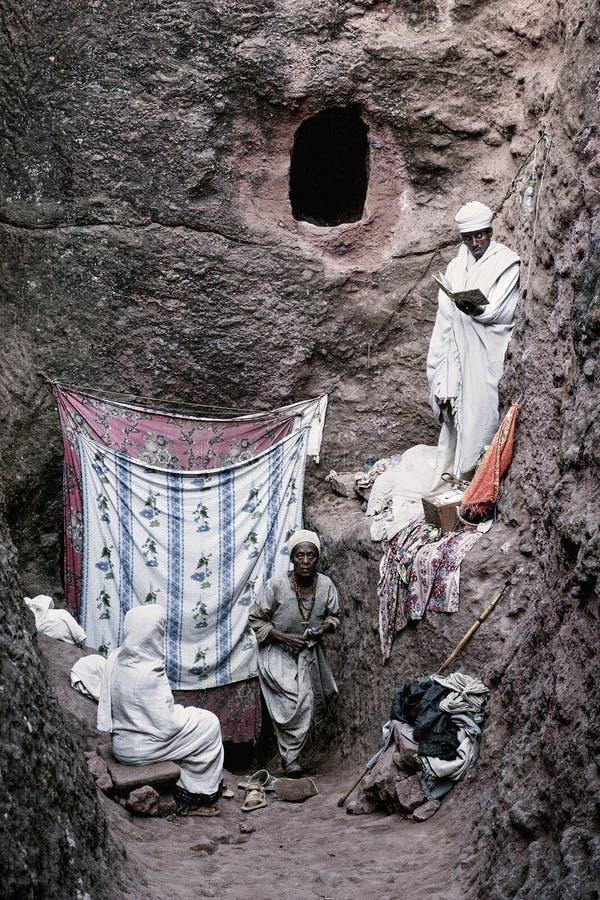 Padre na igreja ortodoxa cristã antiga no lalibela Etiópia fotos de stock