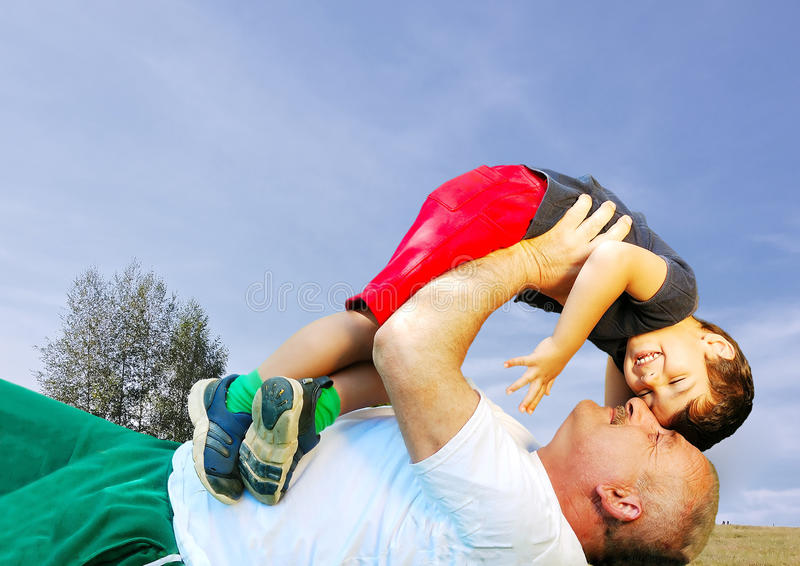 Padre o nonno e figlio felici immagini stock