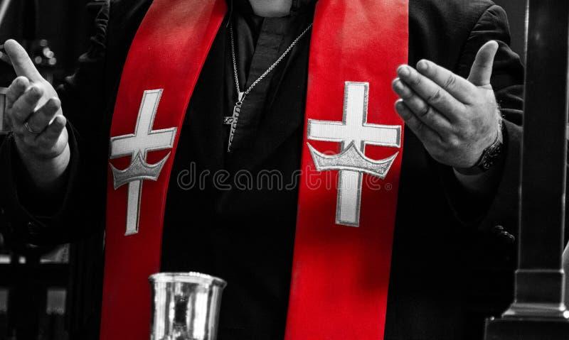 Padre ortodoxo e detalhes vermelhos da estola fotos de stock