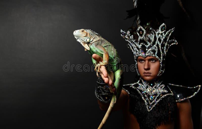 Padre pagão no terno ritual com iguana verde fotografia de stock royalty free