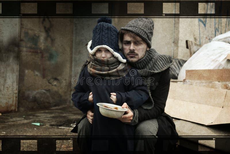 Padre povero e figlia con il pasto fotografie stock