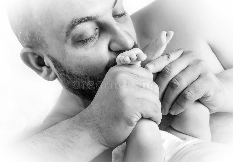 Padre que cuida cariñosamente fotografía de archivo
