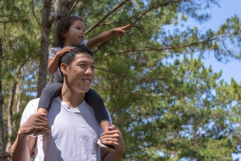 Padre que juega afuera con su hija Riendo y divirtiéndose el caminar en el día de padres del bosque fotografía de archivo libre de regalías