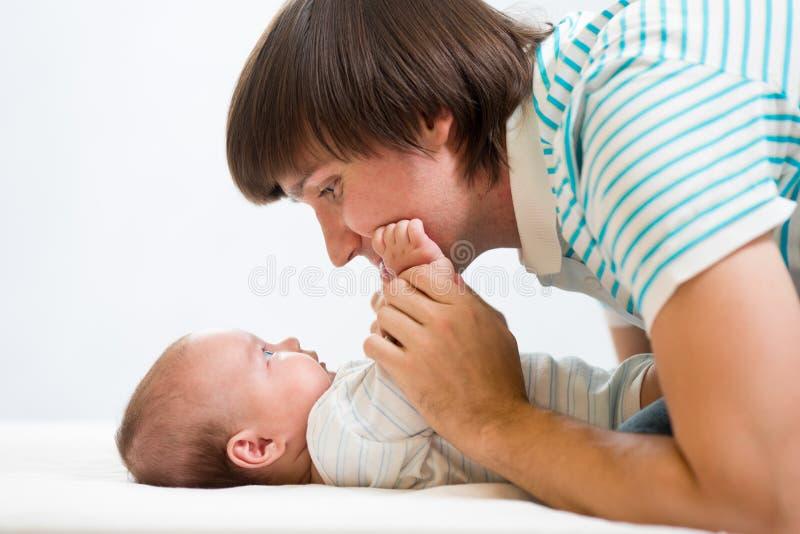Padre que juega con el bebé lindo foto de archivo libre de regalías