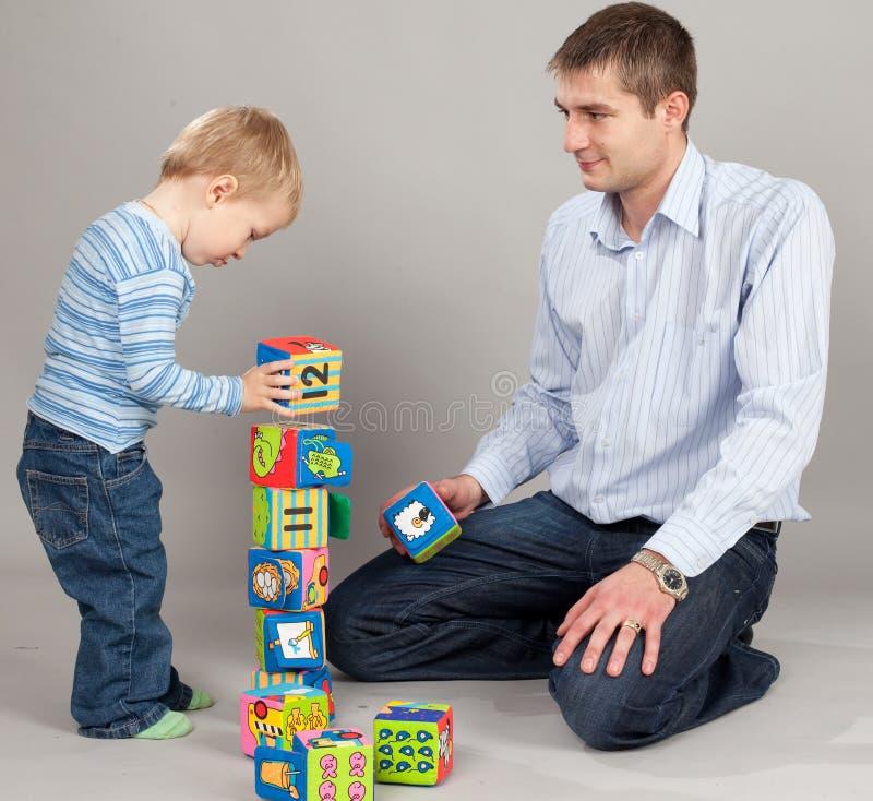 Padre que juega con el hijo fotografía de archivo