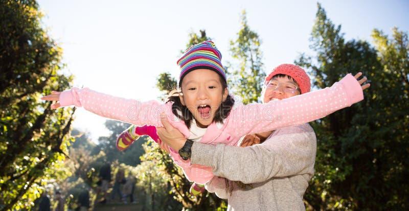 Padre que juega con la hija en tiempo del día Concepto de familia caliente fotografía de archivo libre de regalías
