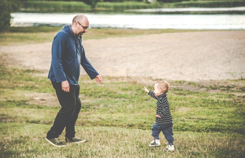 Padre que juega con su hijo foto de archivo