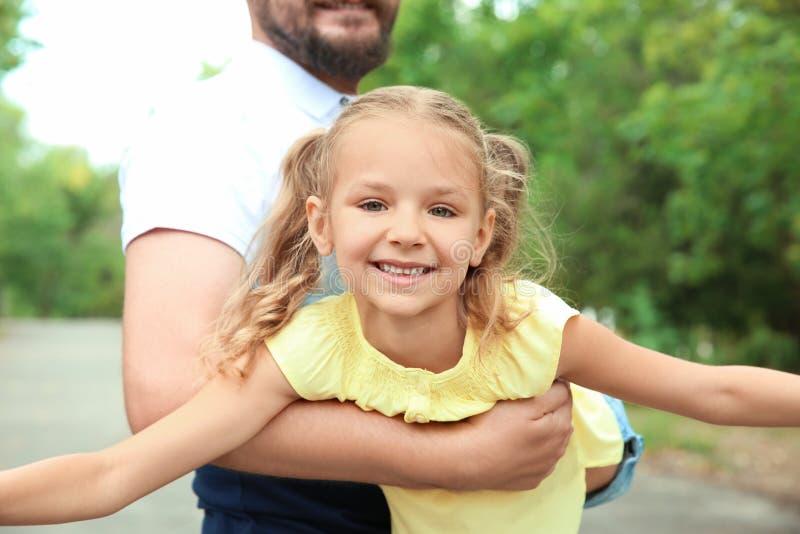 Padre que juega con su niño al aire libre imagenes de archivo