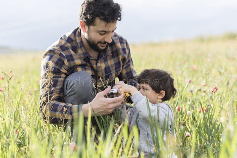 Padre que juega el coche con su hijo imagen de archivo