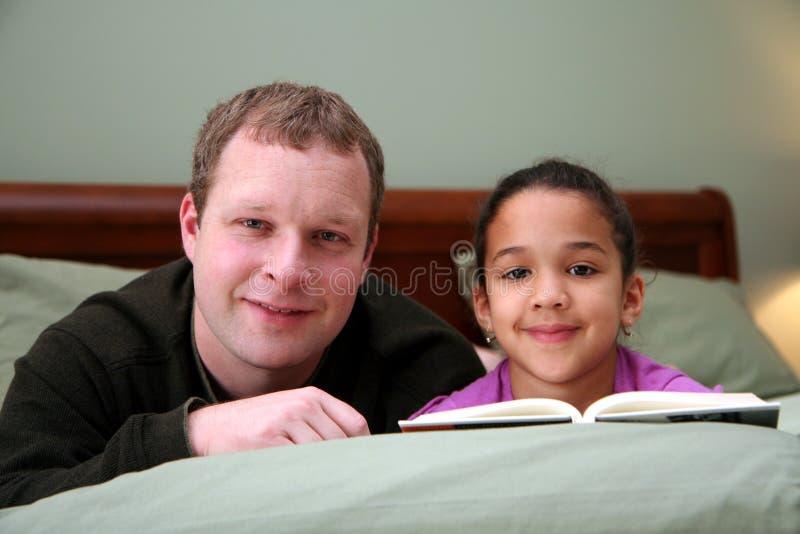 Padre que lee a la hija fotos de archivo libres de regalías