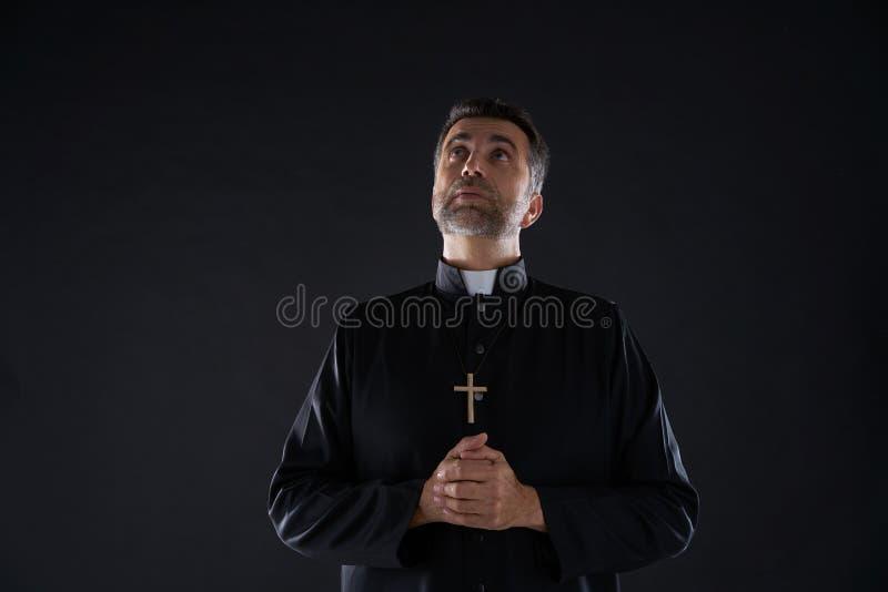 Padre que olha acima os olhos principais ao céu do céu foto de stock royalty free