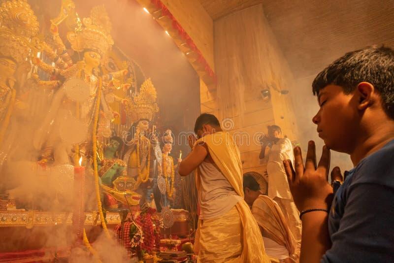 Padre que reza à deusa Durga, celebração do festival de Durga Puja fotos de stock royalty free