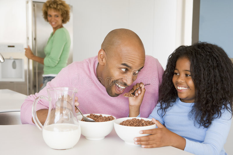 Padre que se sienta con la hija en el desayuno imagenes de archivo
