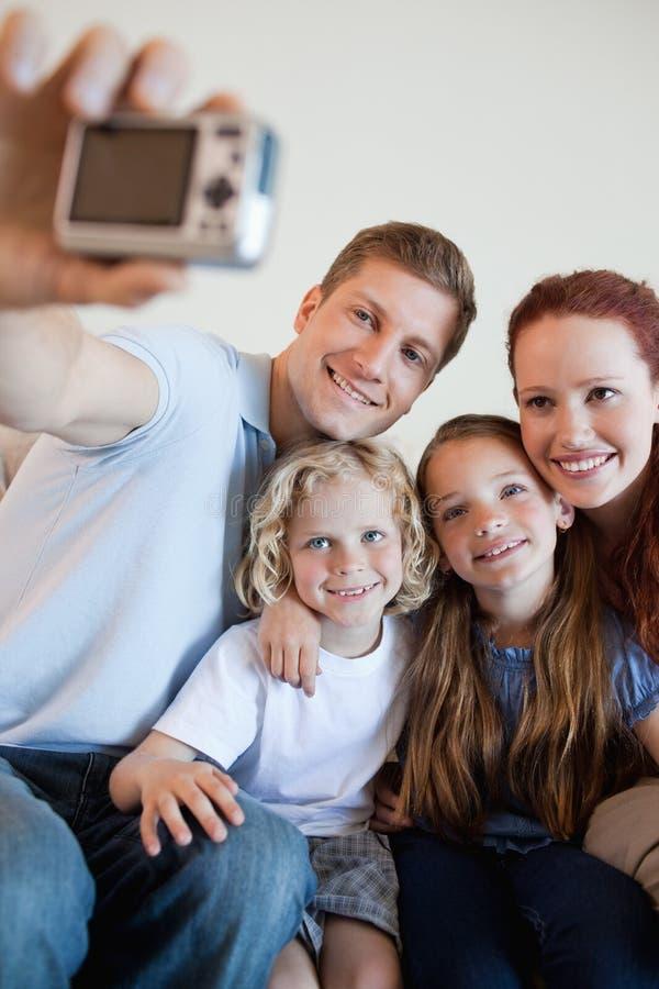 Padre que toma el cuadro de la familia con la leva del digi imagen de archivo