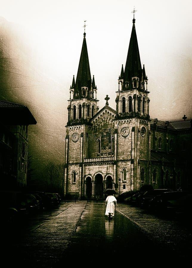 Padre que vai à igreja de Covadonga nas Astúrias com efeito do vintage foto de stock