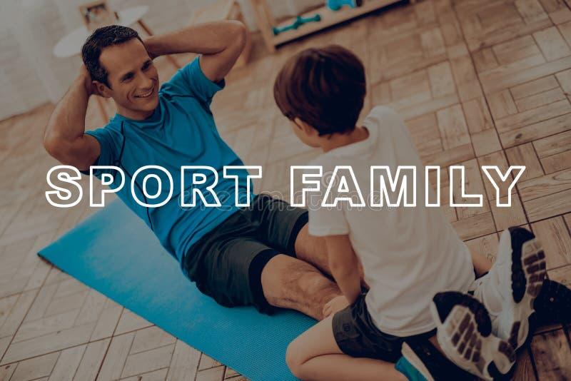 Padre And Son Are che fa una palestra famiglia di sport immagini stock