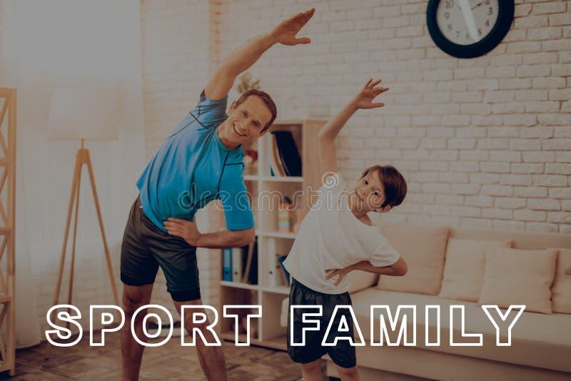 Padre And Son Are che fa una palestra famiglia di sport fotografia stock