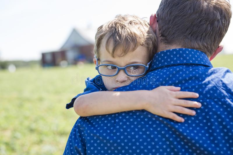 Padre And Son Hugging su estate all'aperto fotografia stock