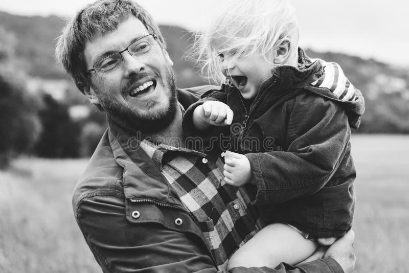 Padre Son Smiling Togetherness de la familia al aire libre que lleva concepto imagen de archivo libre de regalías