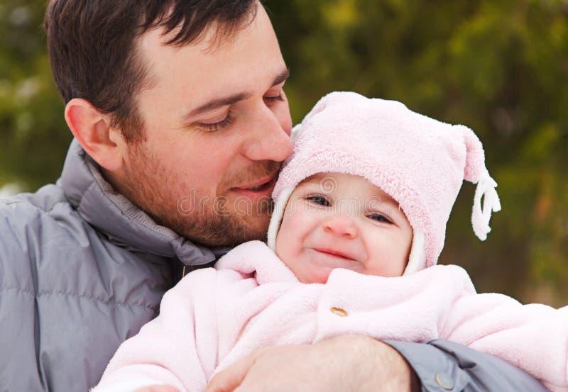 Padre sonriente feliz con el bebé de un año foto de archivo