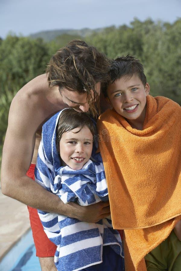 Padre With Sons Wrapped in asciugamani all'aperto fotografia stock libera da diritti